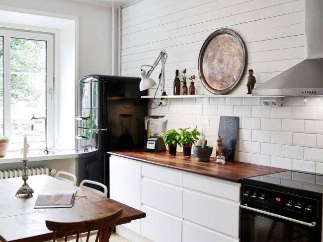 La combinaison de surfaces brillantes et mates crée une image originale de la cuisine