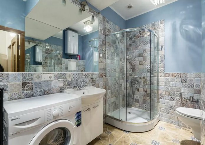cabine de douche dans une salle de bain combinée