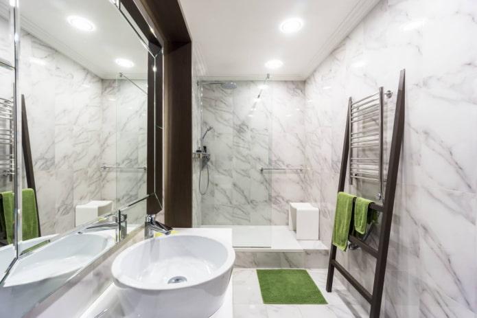 Salle de bain spacieuse avec douche