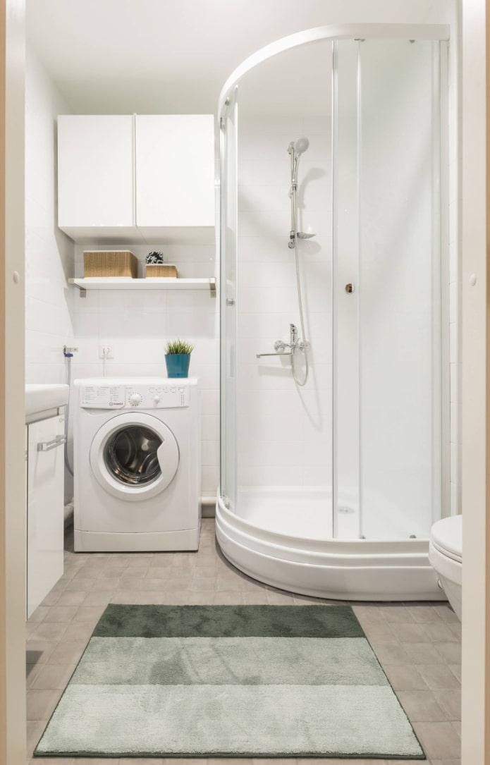 Cabine blanche dans une salle de bain lumineuse