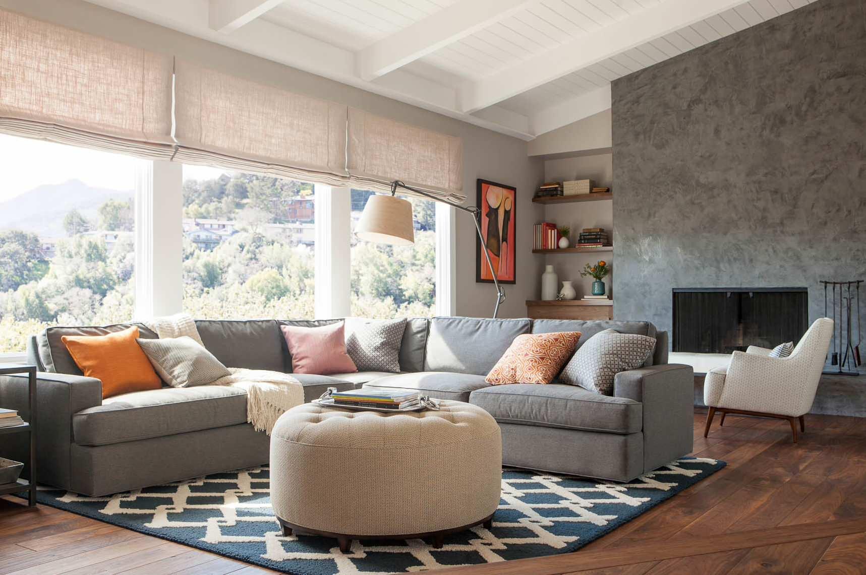 Salon spacieux décoré dans des tons gris