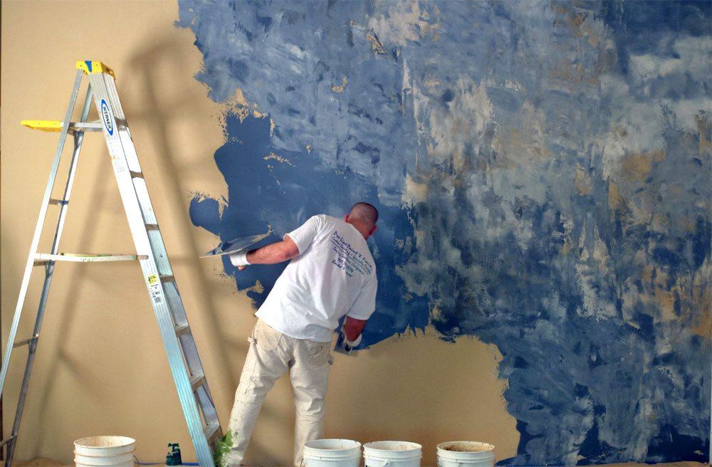 La décoration murale lisse et en relief est réalisée dans la troisième étape du travail