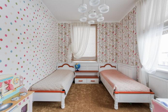 aménagement de la chambre avec deux fenêtres pour deux filles