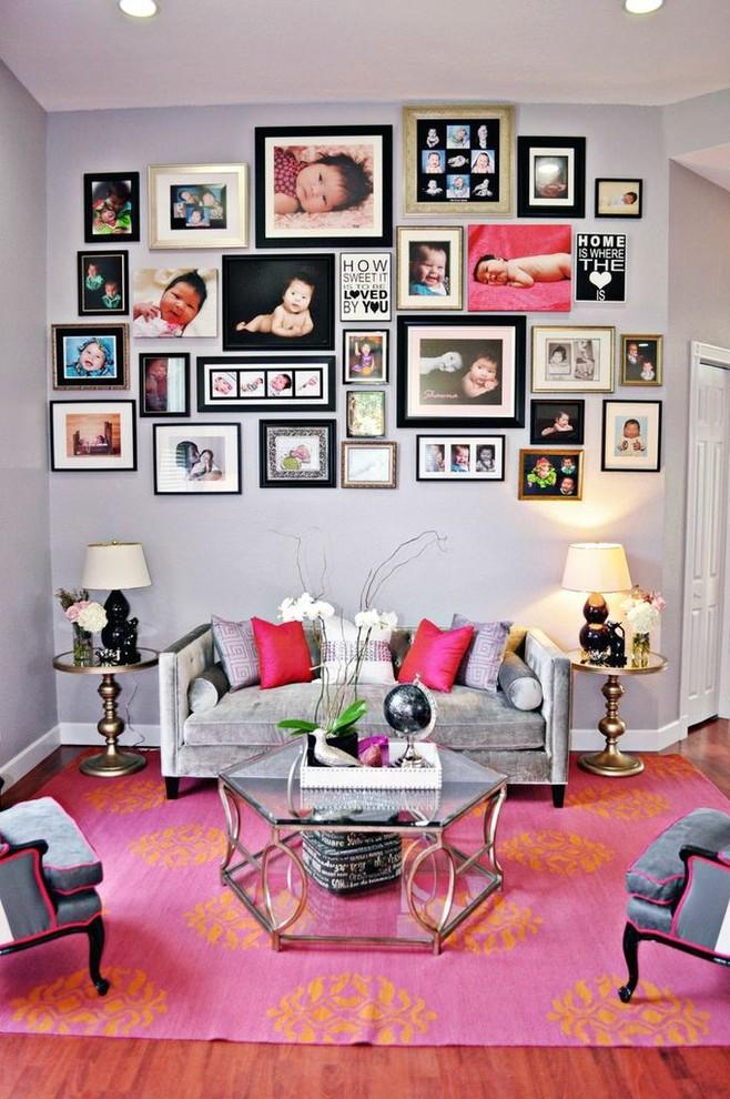 Une abondance de jolies peintures de différentes tailles dans un intérieur lumineux