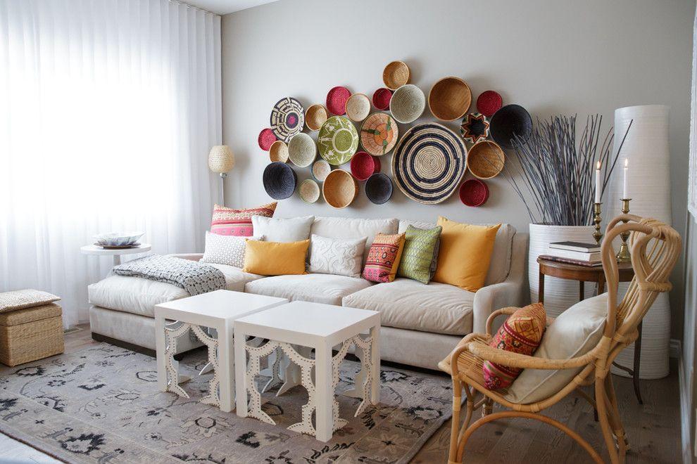 Les assiettes de différentes couleurs et tailles constituent une excellente composition décorative
