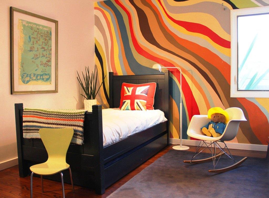 Des lignes ondulées de couleurs chaudes créent une atmosphère de tranquillité et de confort