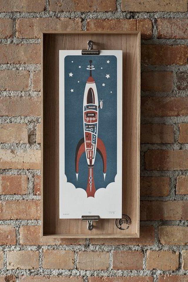 Image stylisée d'une fusée dans un cadre en bois personnalisé