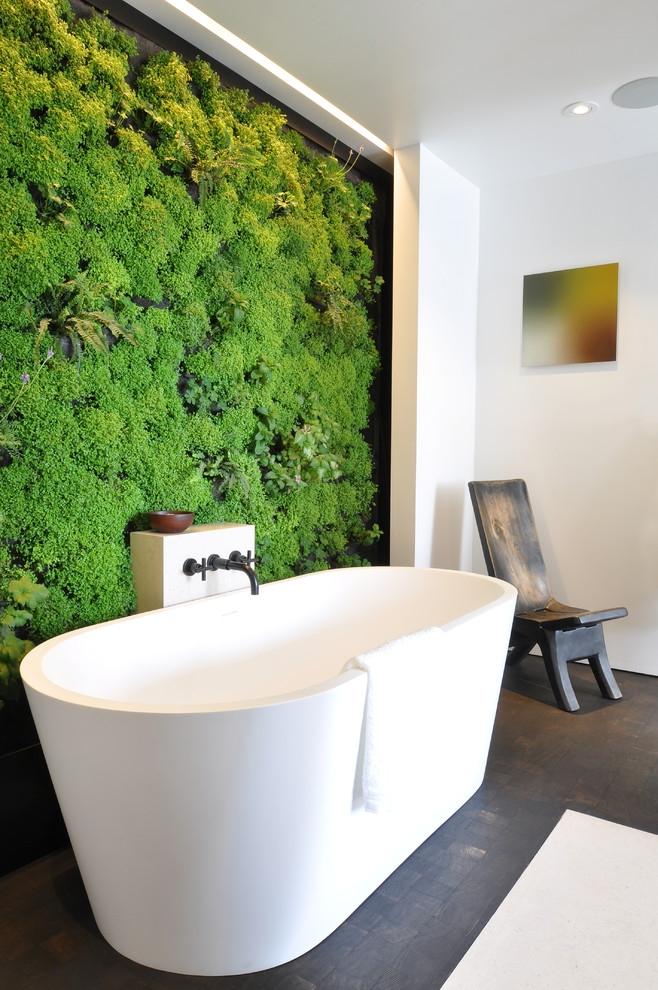 Un mur de plantes d'un vert juteux dans la salle de bain