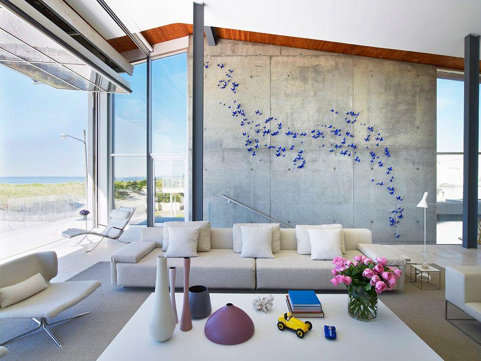 Papillons en papier bleu vif sur un mur de béton