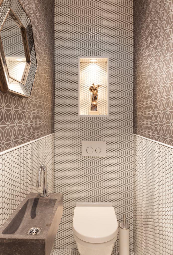 papier peint avec des motifs sur les murs des toilettes