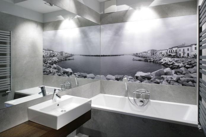 petite salle de bain avec photos murales