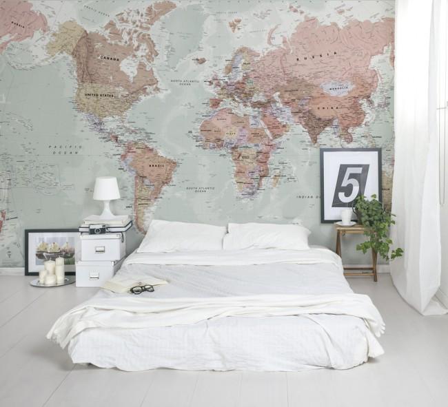Vous pouvez également décorer l'un des murs avec du papier peint original avec un motif inhabituel.