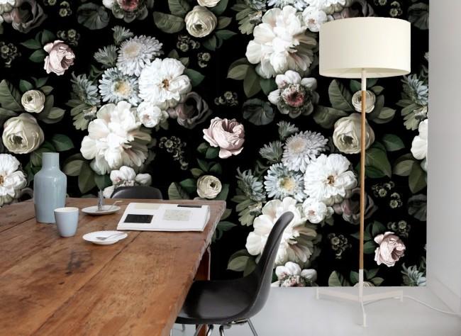 Papier peint saturé de pivoines claires et de chrysanthèmes