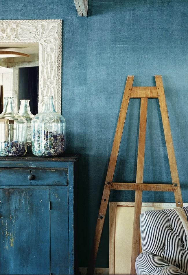 Peinture bleue texturée à l'intérieur d'une petite pièce vintage