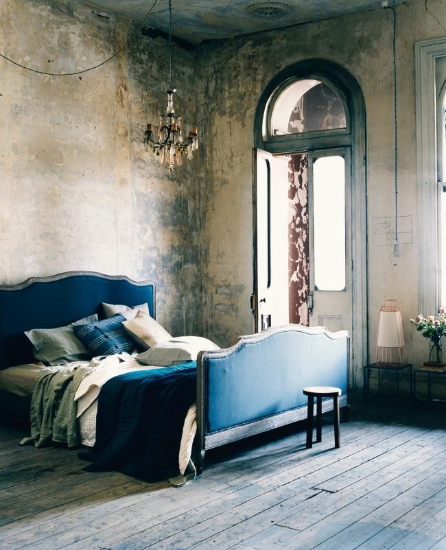 Décorer les murs de la chambre sous forme de plâtre décoratif dans une palette de couleurs sobre