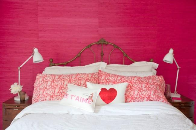 Décoration murale avec peinture texturée rose vif dans la chambre