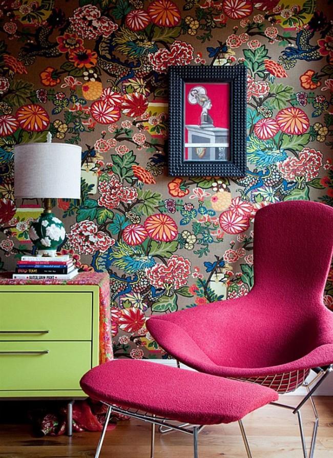 Une solution audacieuse et très lumineuse sous forme de papiers peints intéressants pour un petit salon aux accents rose vif