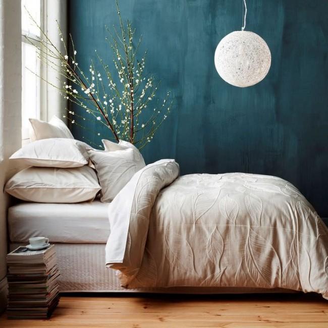 Un accent lumineux sur la riche couleur bleue des murs dans une chambre lumineuse