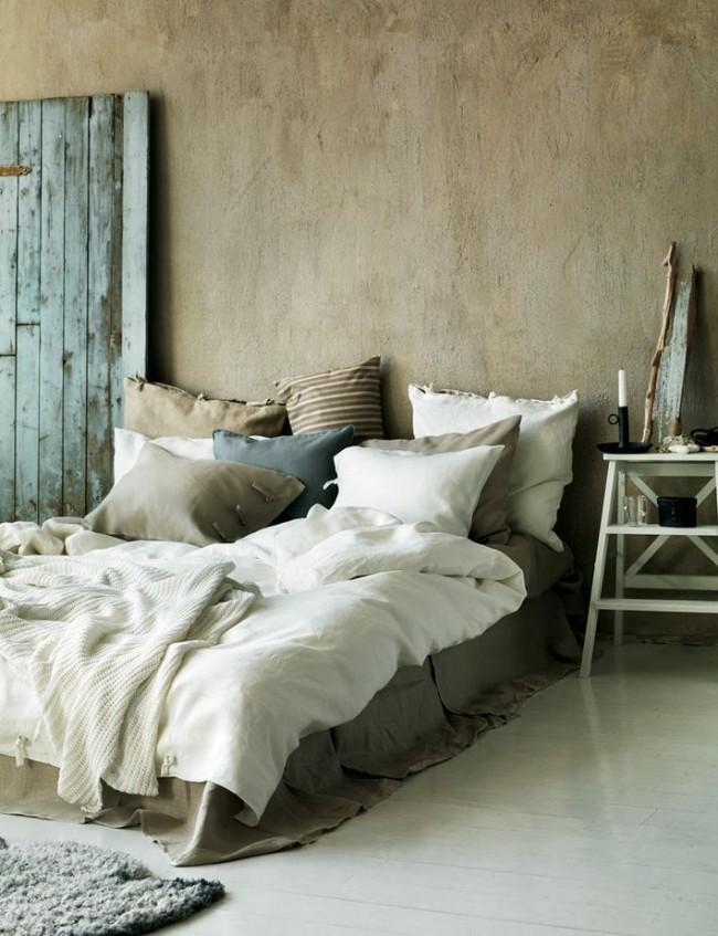 A première vue, une décoration très simple, mais assez harmonieuse des murs avec du mastic dans la chambre