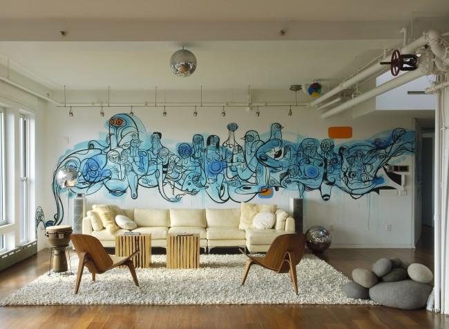 Motif insolite sur tout le mur d'un grand salon, réalisé dans les tons bleus