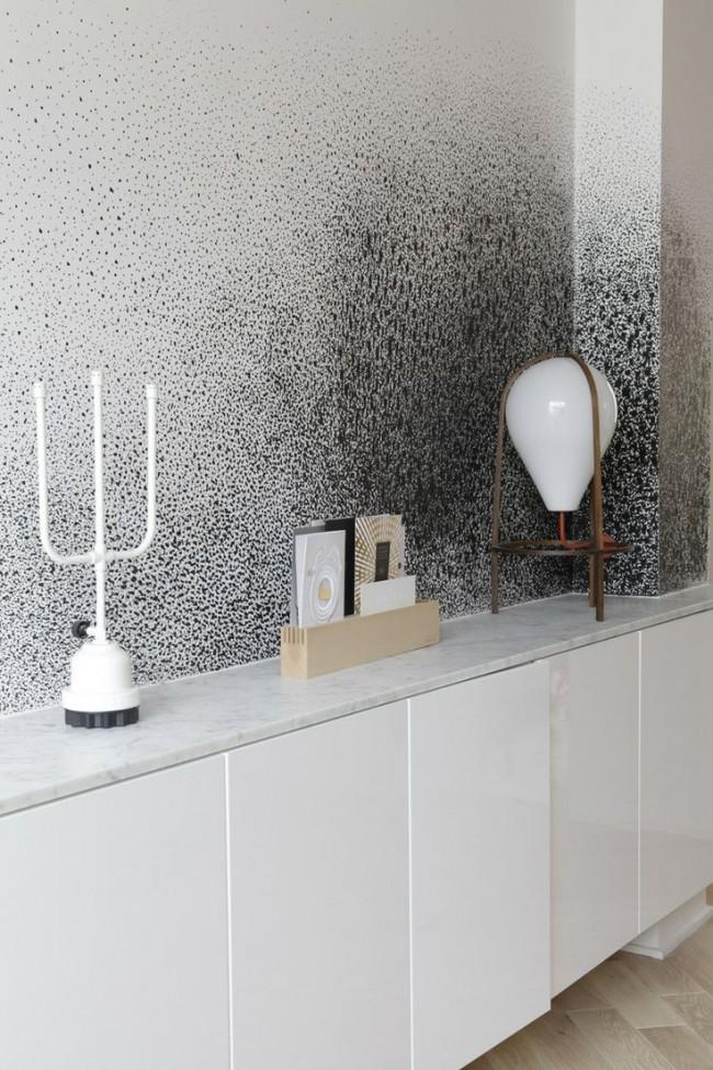 Vous pouvez également décorer le mur clair avec des éclaboussures contrastées qui se dispersent du coin à la périphérie.