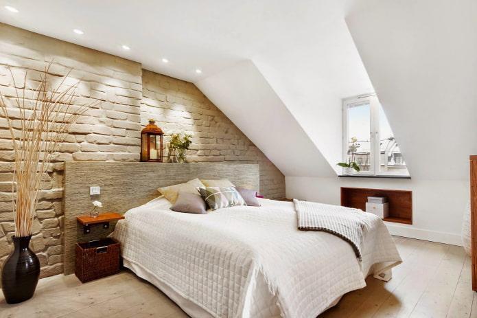 murs en pente à l'intérieur de la chambre