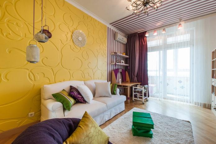 murs de différentes couleurs à l'intérieur du salon