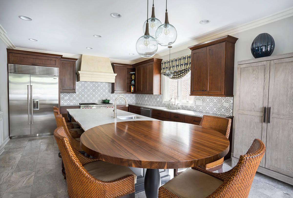 Table ronde en bois bicolore au design de cuisine moderne