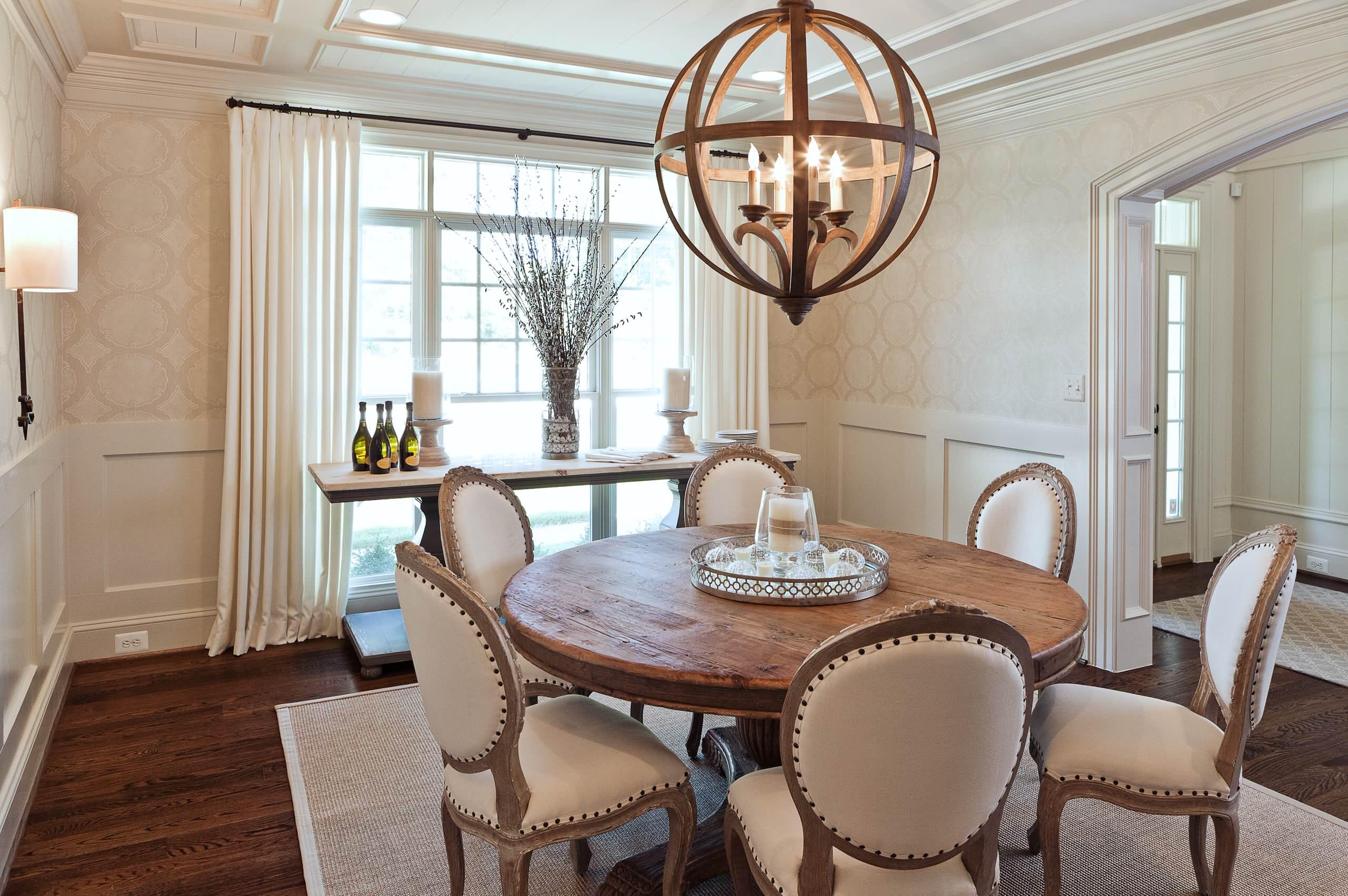Meubles en chêne à l'intérieur de la salle à manger dans l'esprit provençal