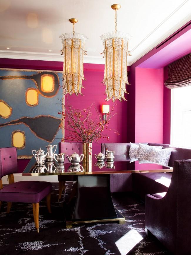 Une salle à manger psychédélique et légèrement décadente : fuchsia sur les murs et violet profond dans le mobilier