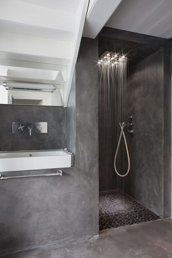 Petite cabine de douche située dans la niche de la salle de bain