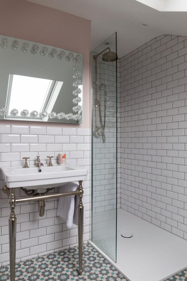 Les propriétaires de petites salles de bains doivent souvent abandonner la baignoire au profit d'une cabine de douche.