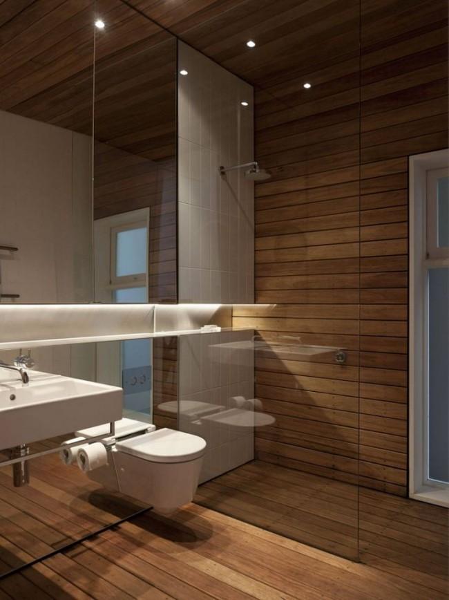 Une combinaison chic de verre et de bois à l'intérieur de la salle de bain