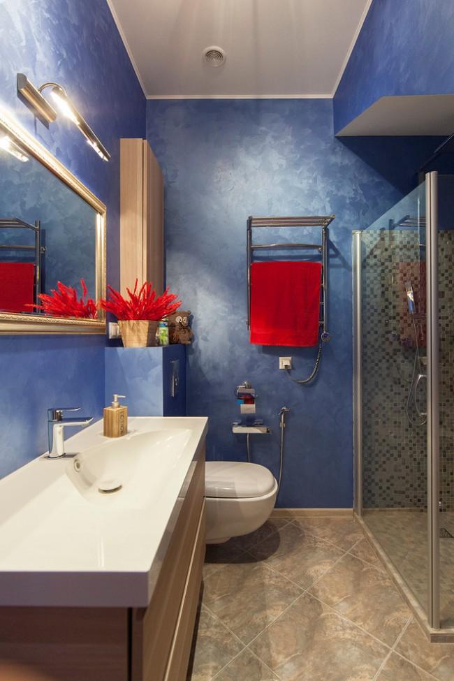 Les murs bleus et le décor rouge rendront votre design irrésistible