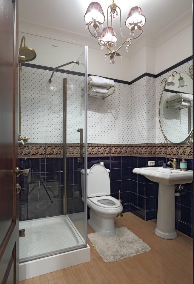 Cabine de douche dans un intérieur de salle de bain de style classique