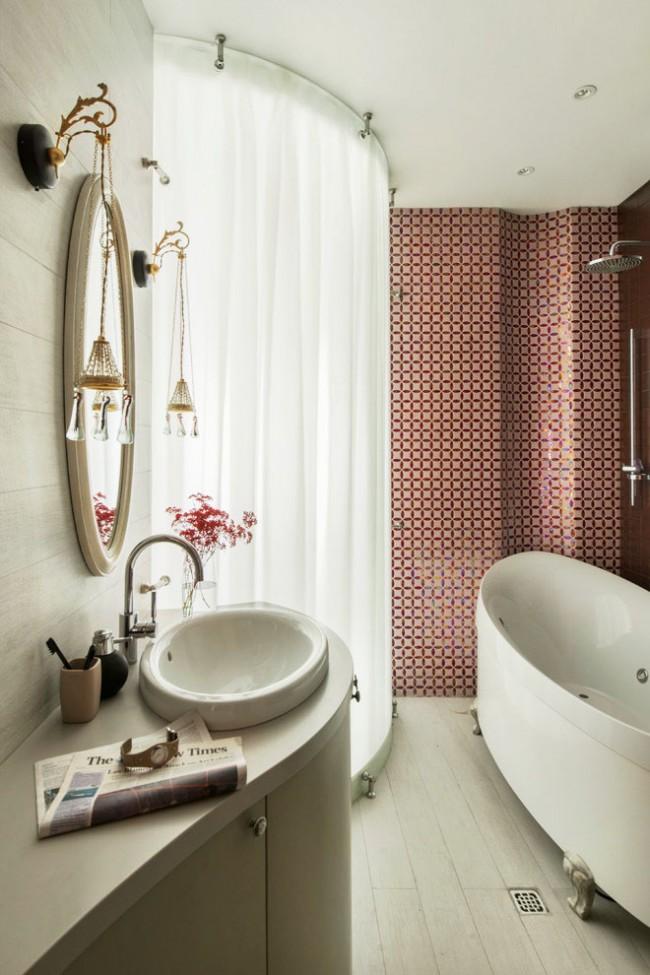 Pour économiser de l'espace, vous pouvez utiliser des rideaux coulissants au lieu de portes de douche