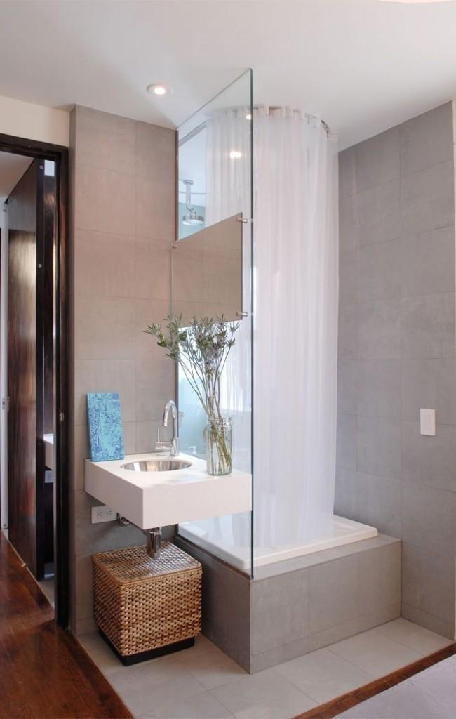 Les douches dans les petites baignoires sont parfaites pour les familles avec de jeunes enfants