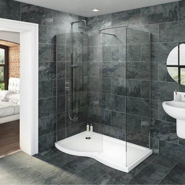 Au lieu d'une petite baignoire, il est préférable d'installer une cabine de douche spacieuse.