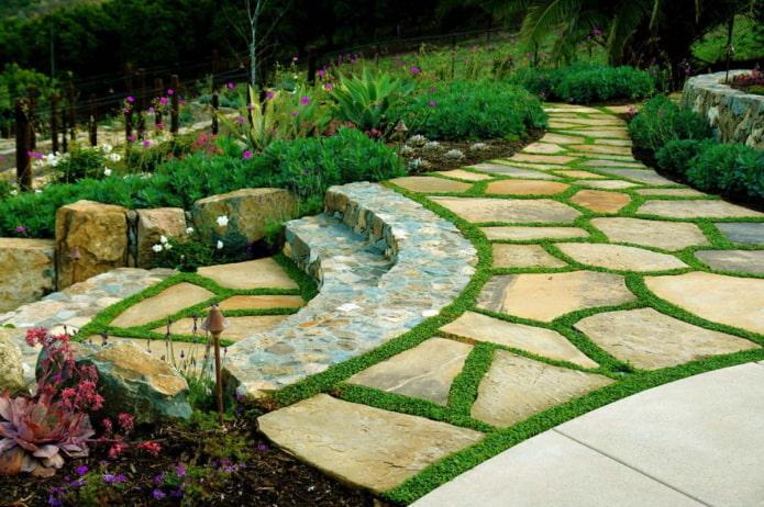 Passerelle et escaliers en pierre naturelle