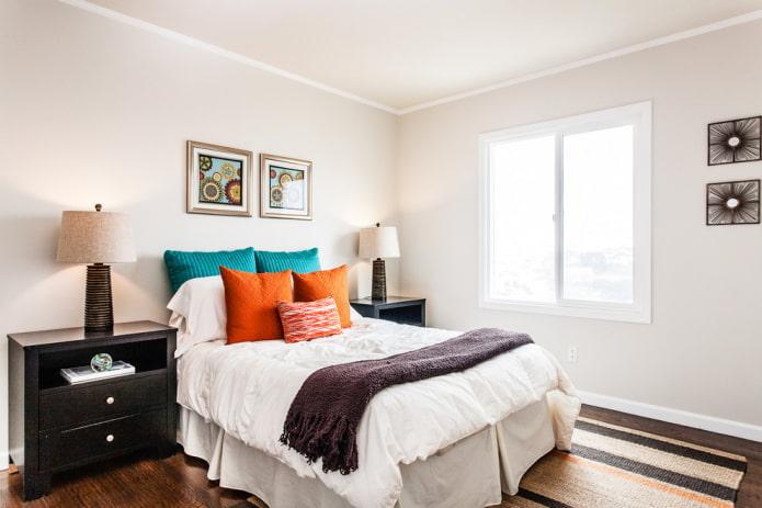 Chambre blanche avec des oreillers lumineux