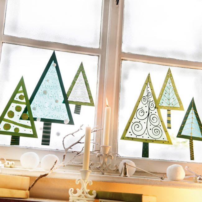 De jolis sapins de Noël en papier coloré seront une superbe décoration pour votre fenêtre