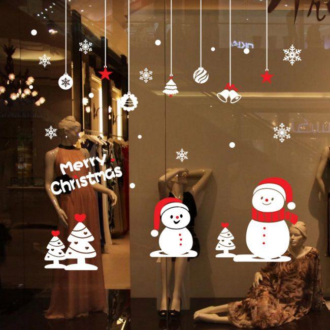 Le moyen le plus simple et le plus intéressant de créer une ambiance du Nouvel An est de décorer les fenêtres
