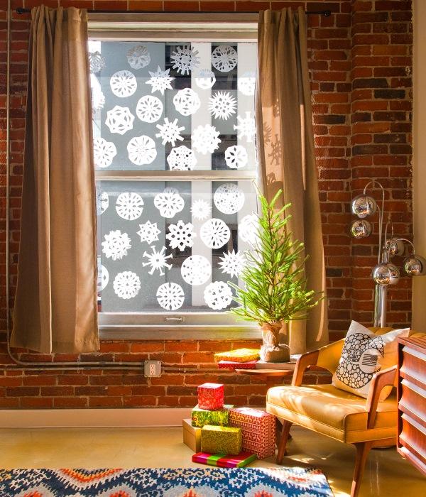 Flocons de neige en papier collés sur la fenêtre