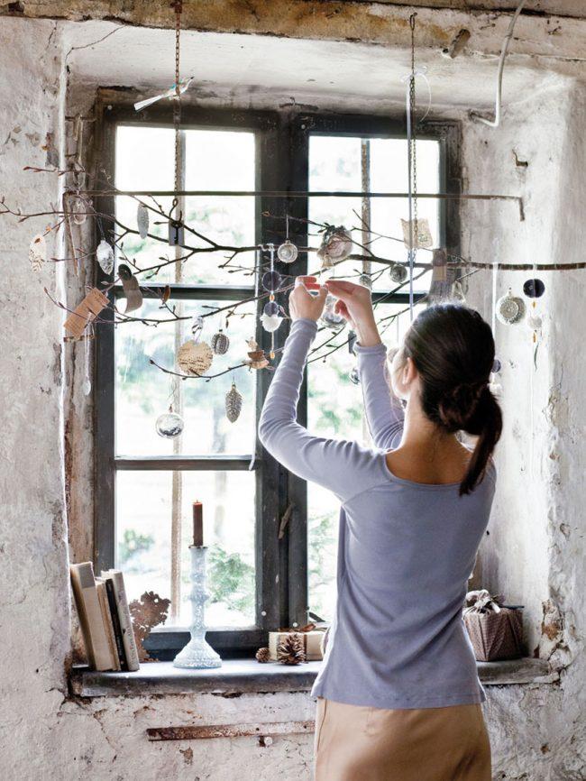 Un décor de fenêtre de fête aidera à donner une ambiance du Nouvel An