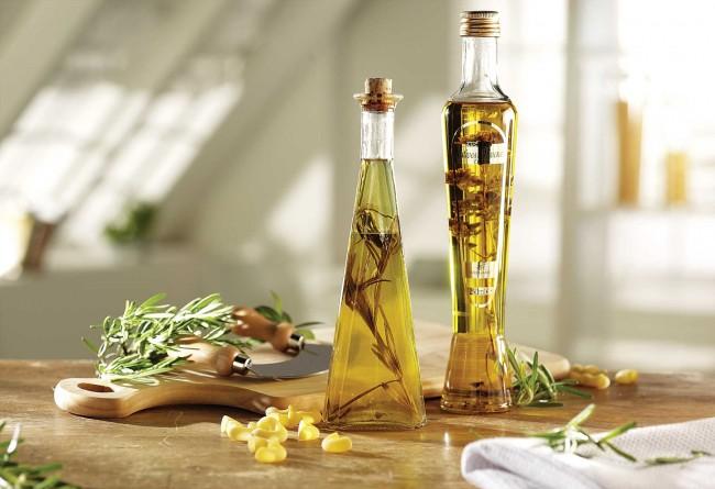 Une bouteille séparée de vinaigre aromatisé peut être conservée à la maison spécifiquement pour essuyer les surfaces où les mites sont vues.  Vous pouvez l'aromatiser avec de la menthe, du romarin, du genévrier, de la lavande, etc.