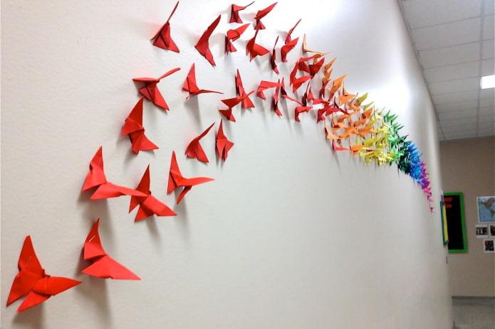 papillons en origami sur le mur