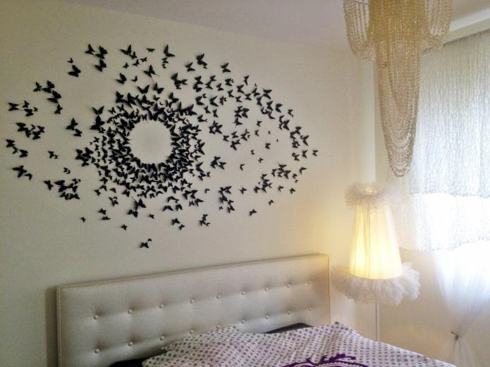 papillons au-dessus du lit
