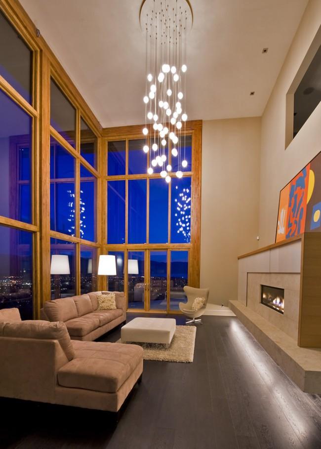 Pour les pièces avec des plafonds de 5 mètres et les salons à double hauteur, vous pouvez choisir un lustre avec de nombreuses petites ampoules sur de longues suspensions