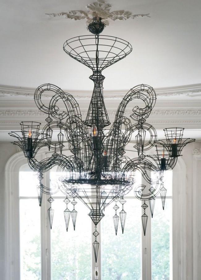 Pour les salons spacieux, le style néo-baroque avec une taille de lampe à grande échelle et un petit nombre de lampes tamisées convient.