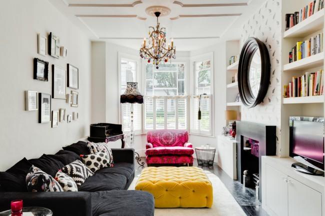 Un lustre en verre multicolore met en valeur la palette variée du salon